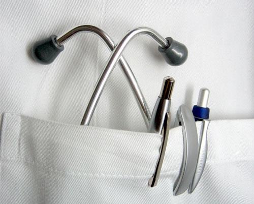 Stetoskop w kieszeni fartucha lekarskiego