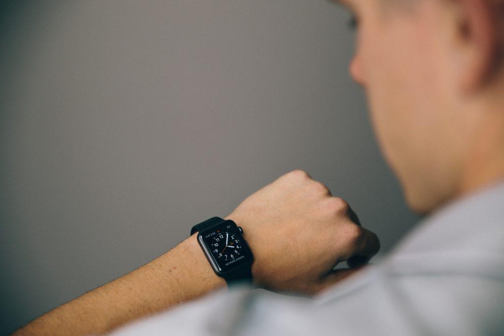 Mężczyzna spogląda na zegarek