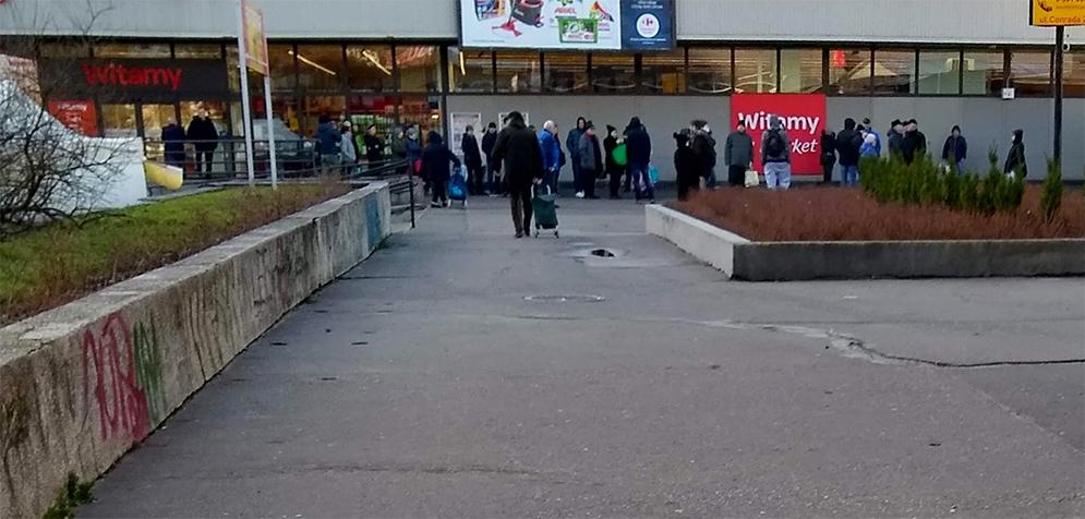 Kolejka przed otwarciem sklepu.